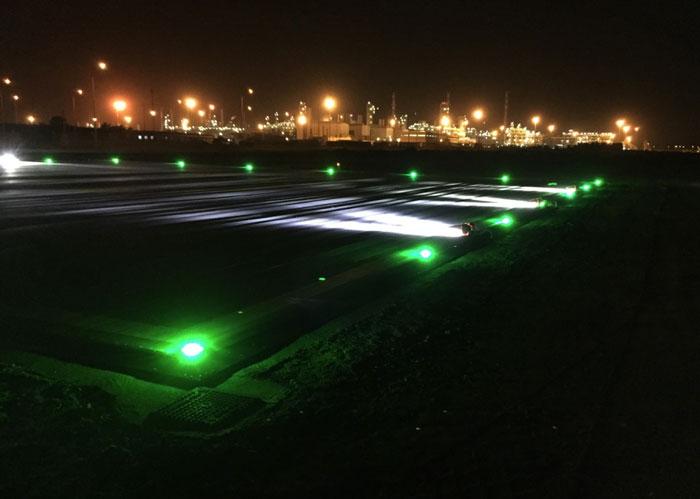 Anche in assenza di luce, le elisuperfici in alluminio Helipad rimangono sicure grazie alle luci per elisuperfici Helipad.